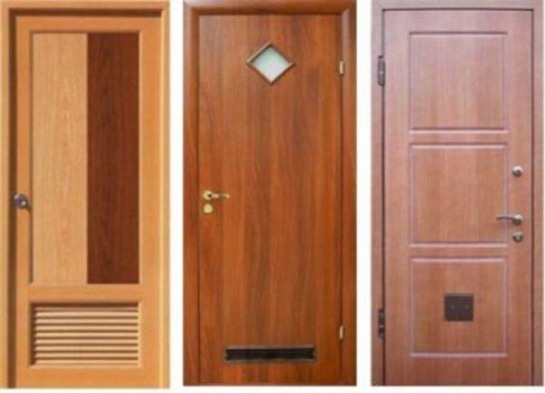 Вентиляция санузла в деревянном доме обеспечивается решёткой в двери