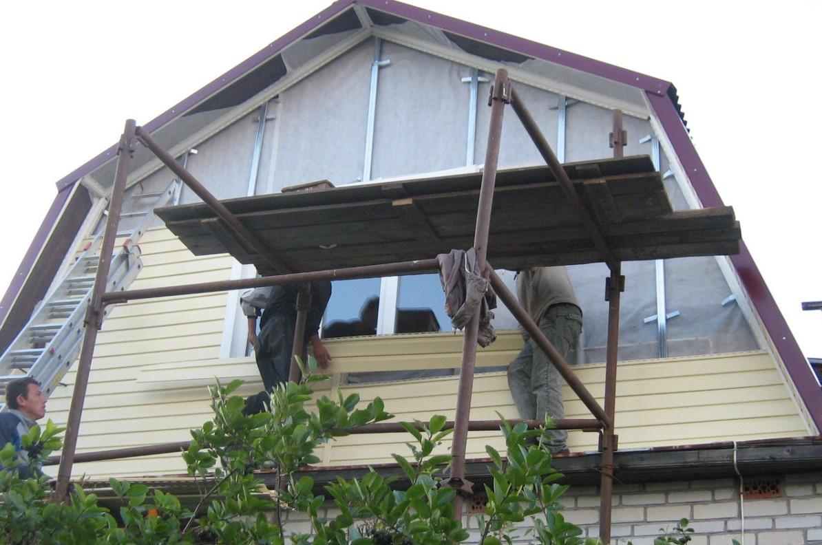 Отделка дома сайдингом своими руками фронтон