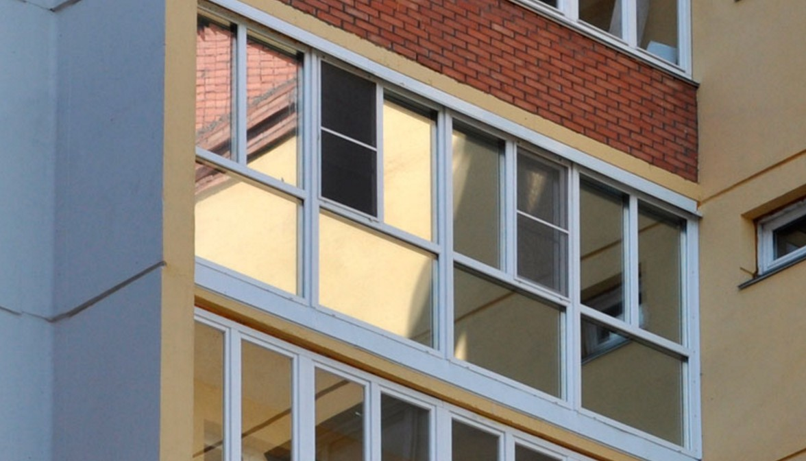 Французское остекление балкона снизу глухое.