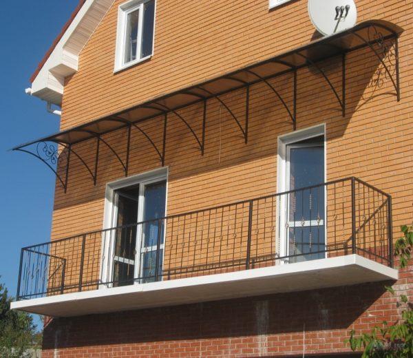 Если протекает козырек балкона то нужно его запенить и заштукатурить