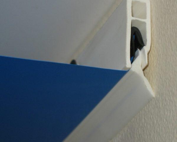 В основном виды плинтусов для натяжных потолков различаются по цвету
