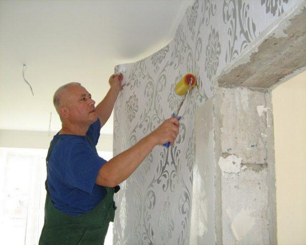 Обои или потолочная плитка на побелку клеить можно только после грунтовки