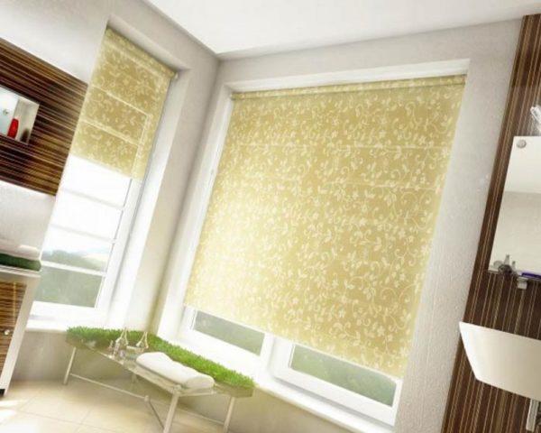 Очень часто вешают римские шторы на окна в спальню