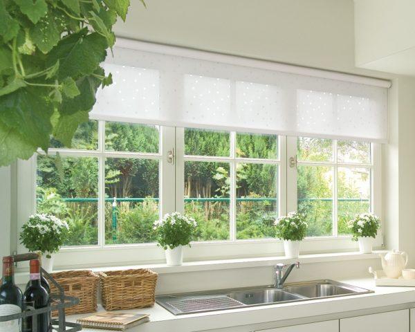 Окно на кухне шторы открыты наполовину