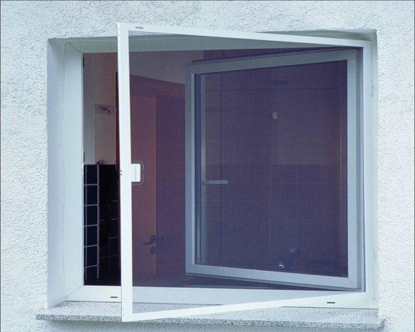 Устанавливается москитная сетка на деревянное окно своими руками почти так же как и на пластиковое окна