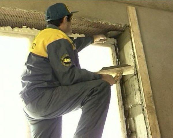 Как заштукатурить откосы окна