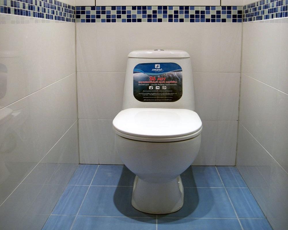 как клеить плитку в туалете видео