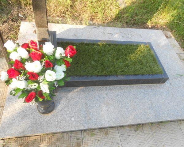 Искусственный газон на кладбище фото