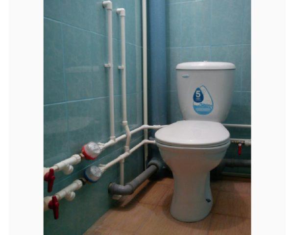 Была произведена замена труб в туалете