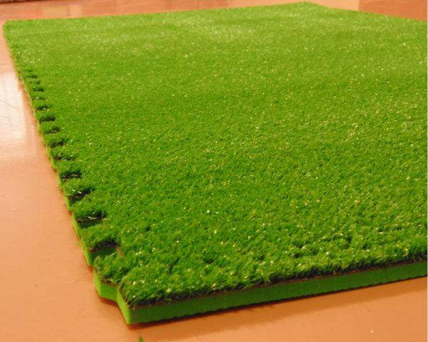 Спортивный зелёный газон фото