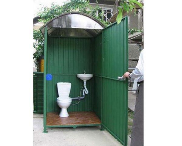 Туалет на участке из профлистов