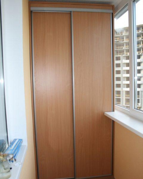 Собранный шкаф купе на балконе своими руками