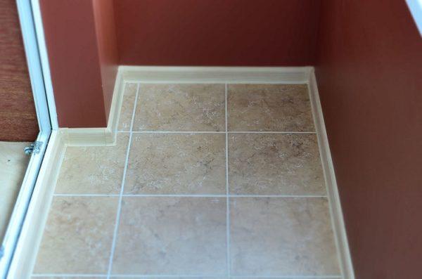 Чтобы поднять пол на балконе нужно увеличить толщину слоя плиточного клея