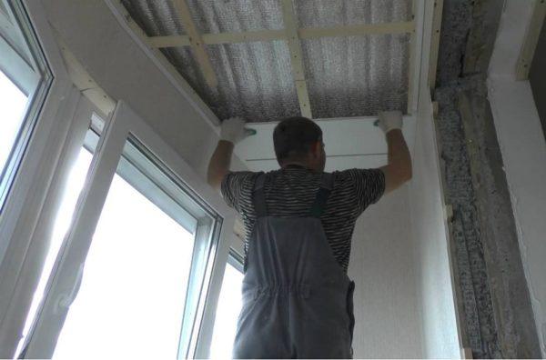 Балкон обшит ПВХ панелями