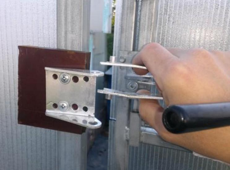 Вскрытие задвижки на двери