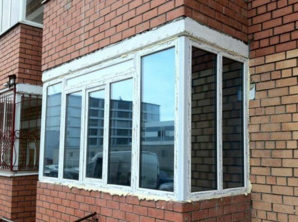 Затонировать балкон можно и собственными руками если приобрести плёнку нужного размера