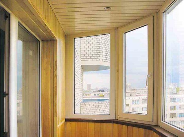 Полукруглая лоджия тоже может быть красиво отделаной, остеклёной и иметь вмонтированные в потолок светильники
