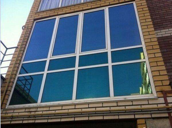 Тонирование балконов и лоджий производят специальные фирмы но можно и самому если имеется тонировочная плёнка нужной ширины