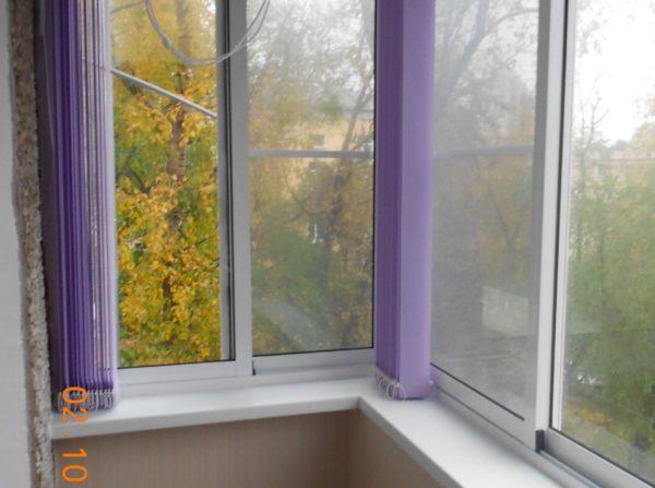 Жалюзи на балкон какие лучше установить вам могут посоветовать продавци-консультанты в магазине