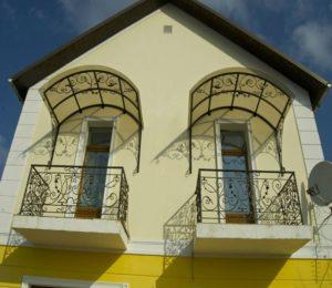 Козырек над балконом последнего этажа и над окном