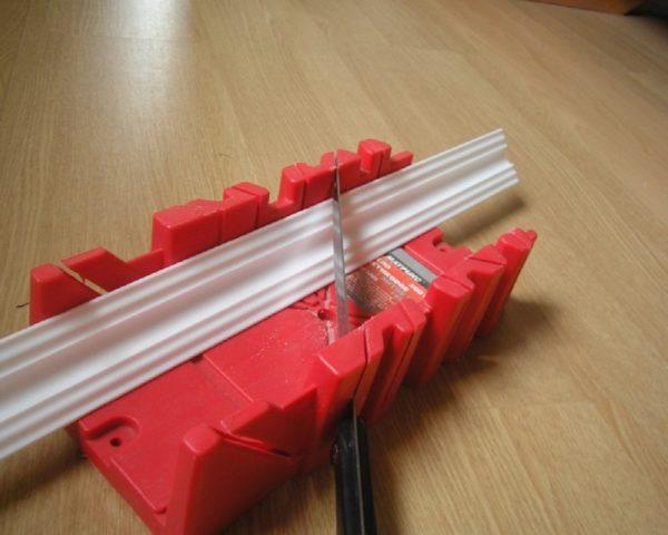 Как подрезать потолочный плинтус правильно его расположив в стусле