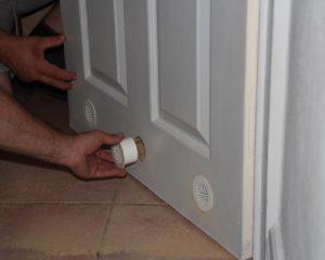 Установка двери в туалет