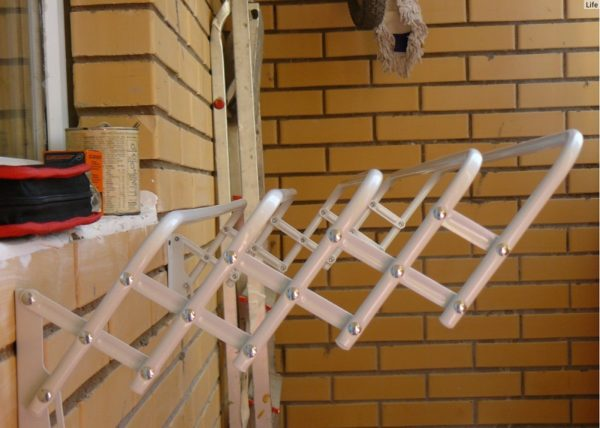 Очень часто устанавливается сушилка Лиана для балкона