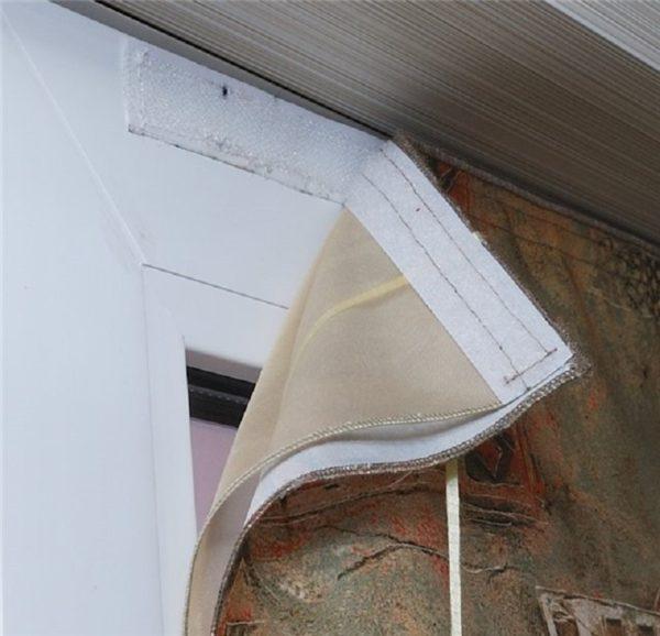 Как повесить штору на балконе без карниза имея клей и липучку для ткани