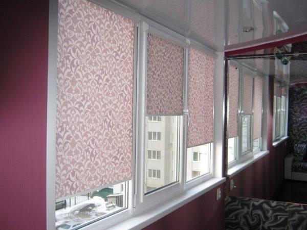 Лучше всего устанавливать рулонные шторы на алюминиевый балкон которые легко прикрепить на саморезы или двухсторонний скотч