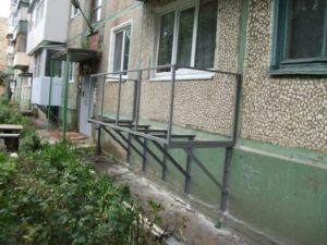 Балкон на первом этаже своими руками