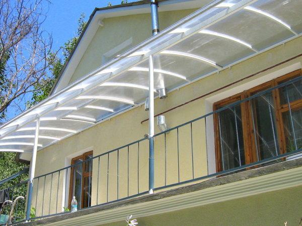 Навесы балконов частного дома делают в основном из поликарбоната