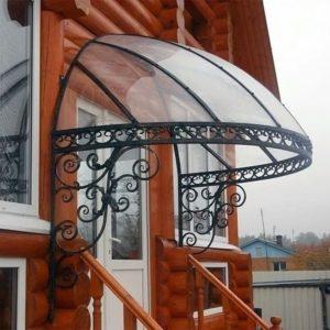Деревянные и металлические козырьки над крыльцом частного дома